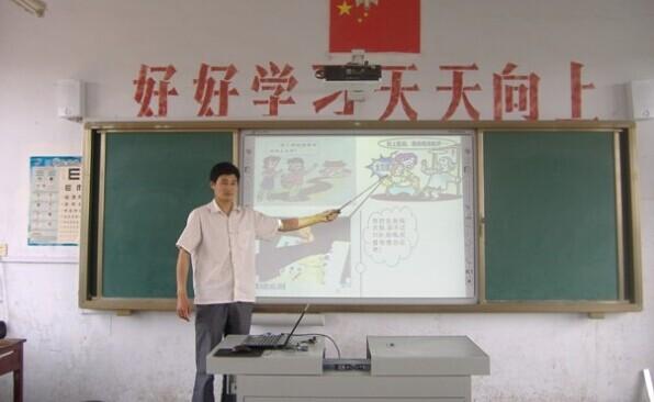 老师用拓成多媒体讲台讲课