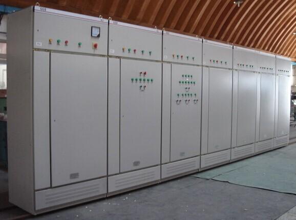 GGD型交流低压配电柜是根据能源部主管上级,广大电力用户及设计部门的要求,本着安全、经济、合理、可靠的原则设计的新型配电柜。产品具有分断能力高,动热稳定性好,电气方案灵活、组合方便,系列性、实用性强,结构新颖、防护等级高等特点,可以作低压成套开关设备的更新换代产品使用。并且广泛适用于发电厂、变电所、工业企业等电力用户作为交流50HZ,额定工作电压380V,额定电流至3150A 的配电系统中作为动力,照明及配电设备的电能转换、分配与控制之用。该产品分断能力高,额定短结构新颖等特点。该产品是我国组装式、固定